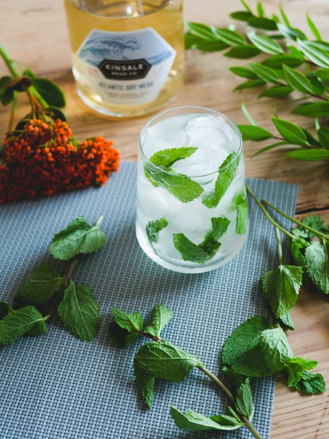 Mead, gin and tonic with mint