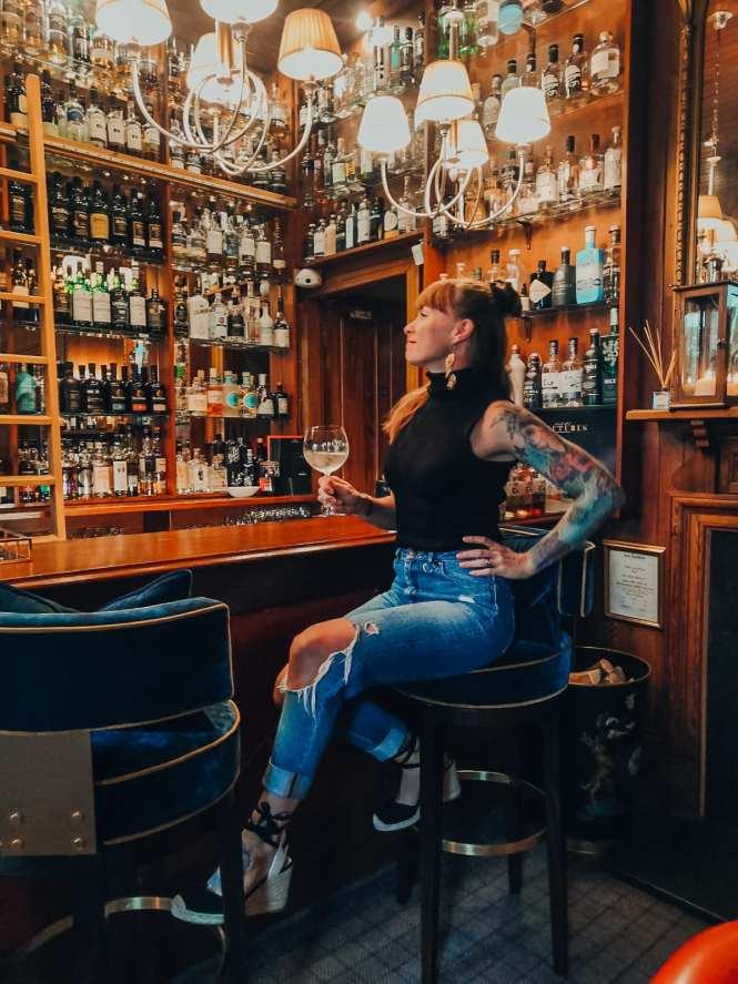 Inka in a gin bar