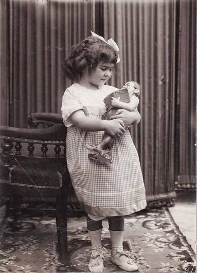 frida-kahlo-at-age-4-1911