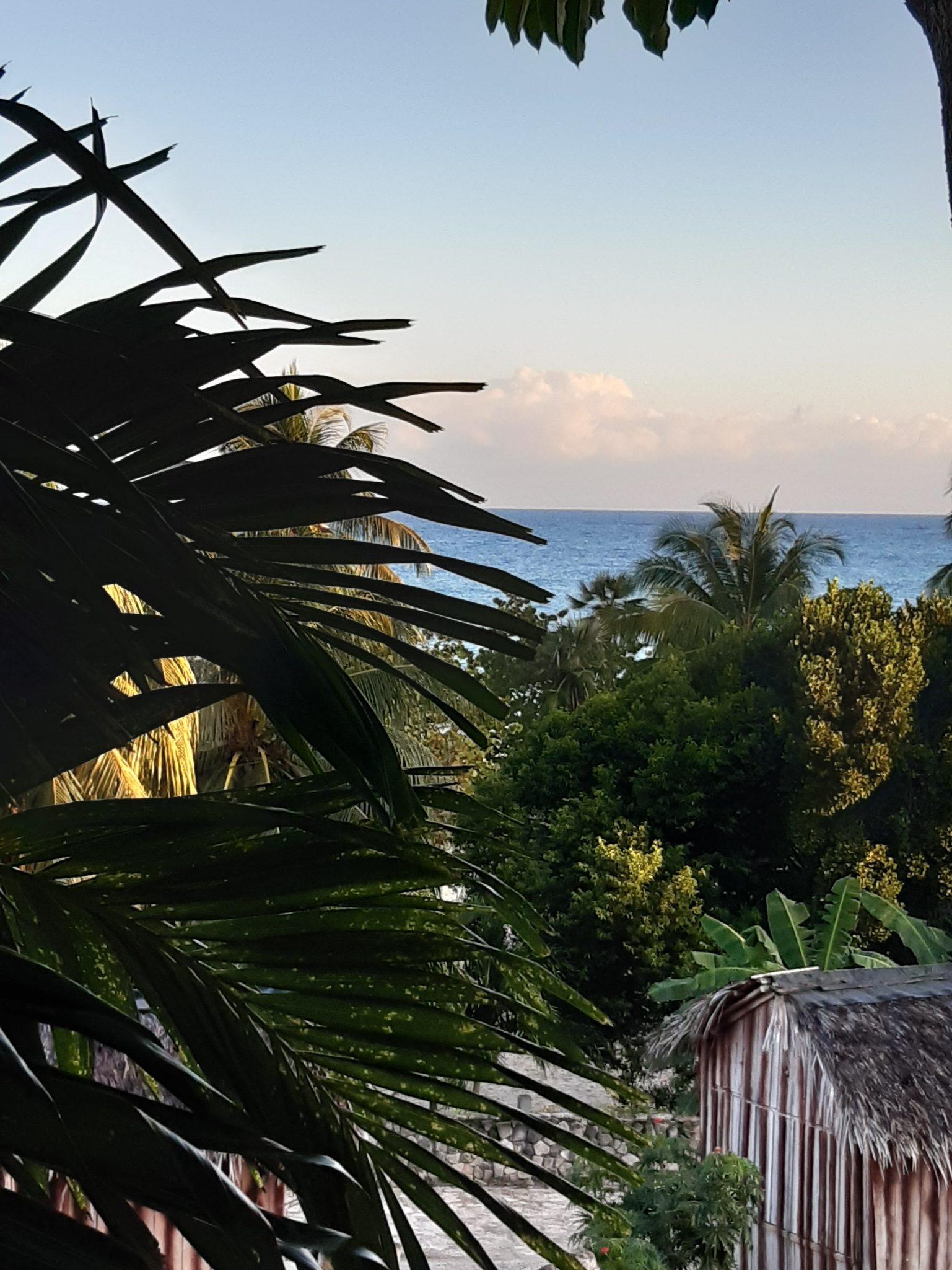 Blick aufs Meer von der Hotelanlage