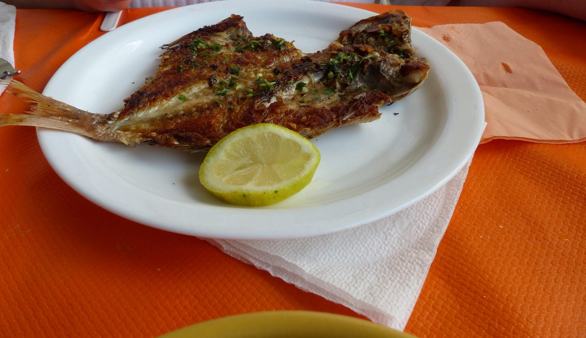 beim Fisch essen