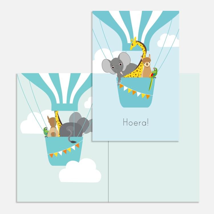 Een vrolijke ballon in de lucht. Een blauw kaartje voor een kind. Verjaardagskaartje jongen.