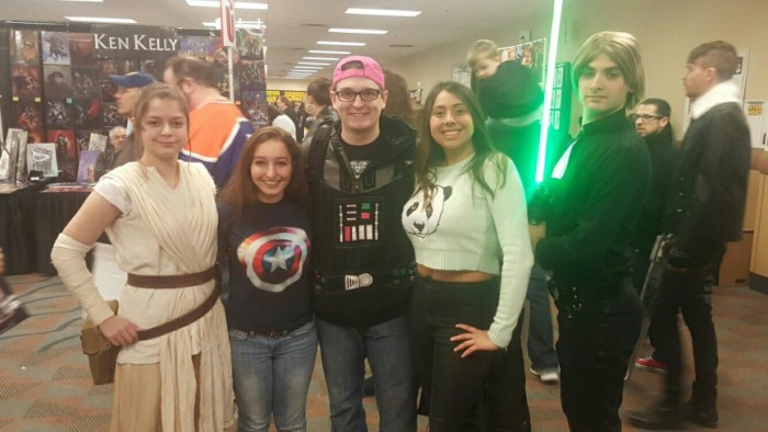 Pérez (far left) and Critelli (far right) attend Steel City Con in their Rey and Luke Skywalker costumes.