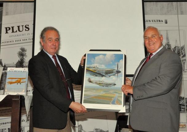 Als dank voor de zeer informatieve lezing overhandigde Lt - kol b.d. J.M.G. ( Jos ) van Laarhoven een reproductie van het olieverfschilderij van Lam van 't Hof van het 322 squadron boven Nederland tijdens WO II aan Lt - gen b.d. dr. D. ( Dirk) Starink.