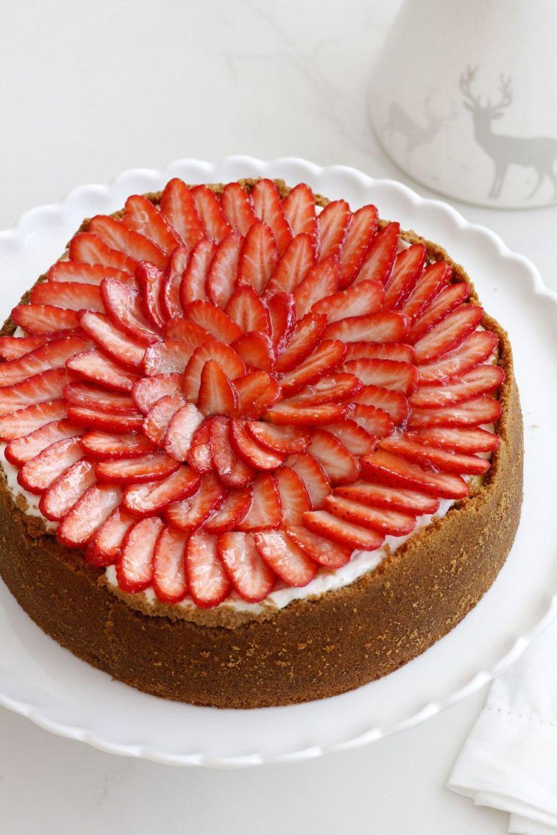 עוגת גבינה עם תותים מזוגגים