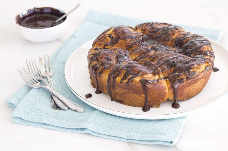 עוגת שמרים גבינה ושוקולד עם רוטב שוקולד מבריק