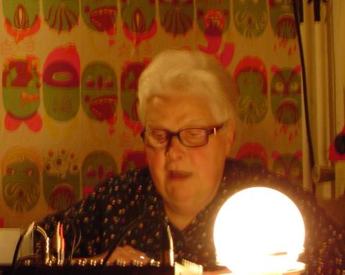 Greta Monach met lamp, mengpaneel en behang