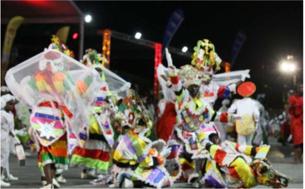 """Desfile competitivo do Carnaval Infantil tomado de """"assalto"""" por São Pedro  na Nova Marginal de Luanda"""