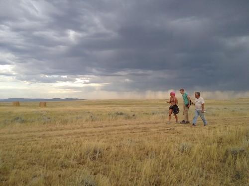 beeld van de prairie bij de opgraving met daarboven een onweer