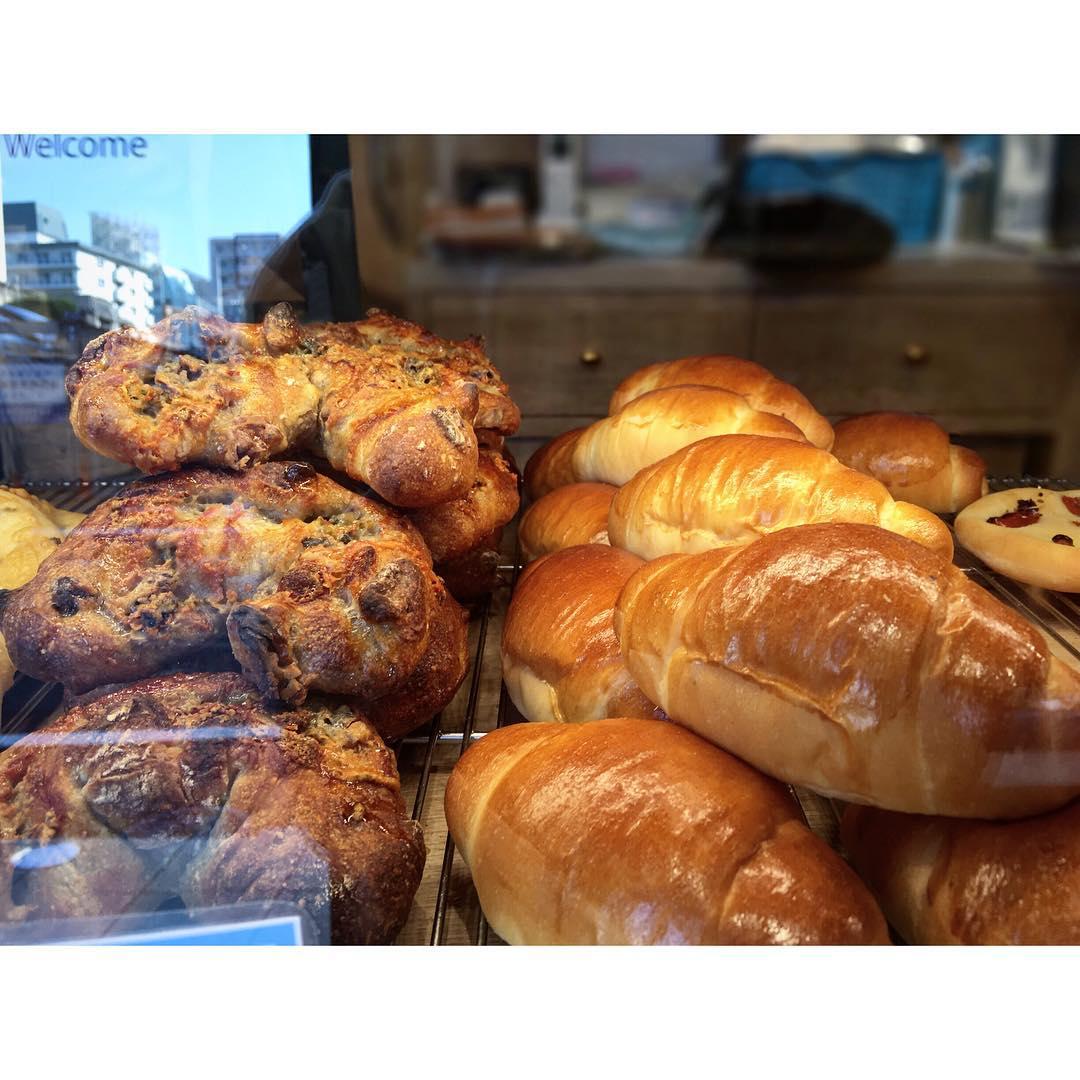 塩バターロールパンとゴルゴンゾーラのパン   OPAN オパン 東京 笹塚のパン屋