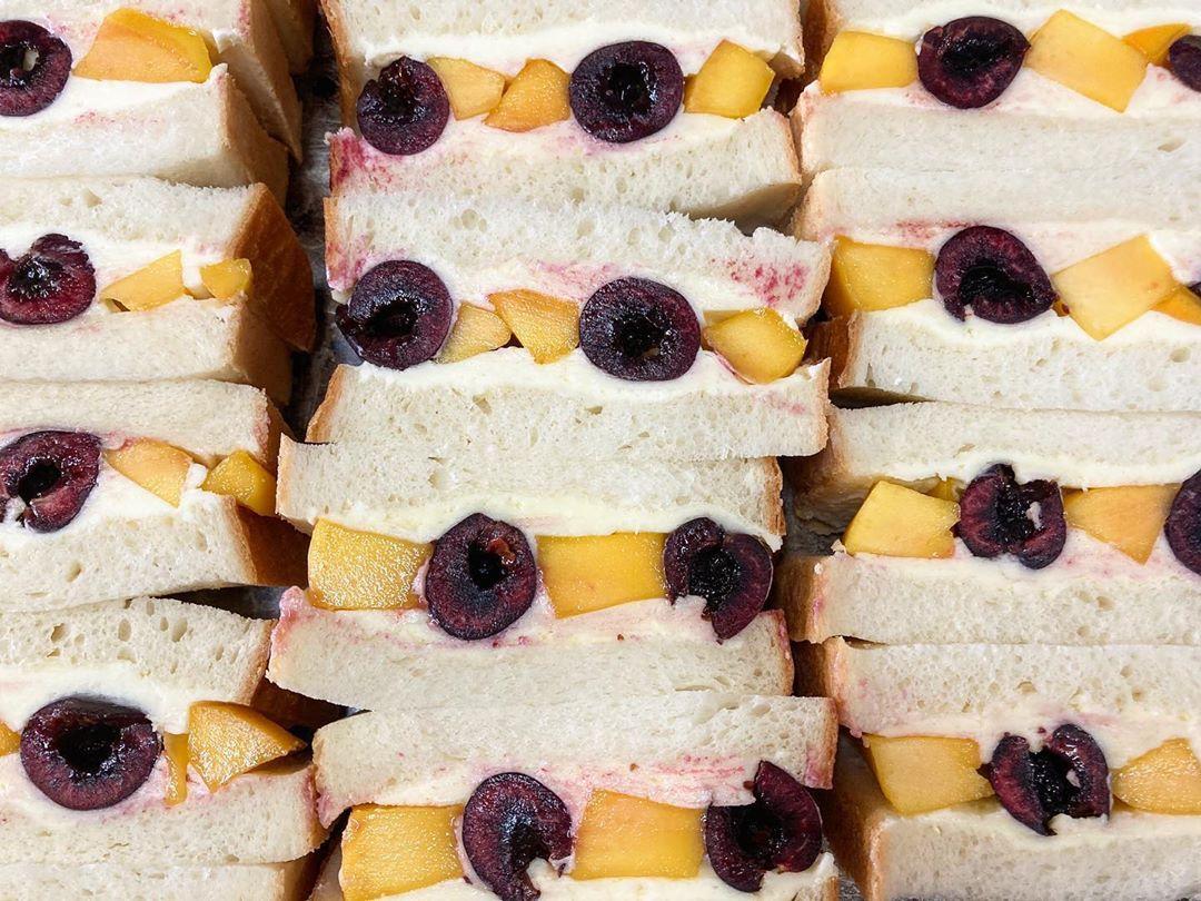 本日限定フルーツサンド「アメリカンチェリーとマンゴーのサンド」をたくさんご用意しております(2020.06.07)