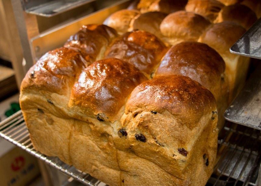 山型食パン・レーズン食パンと続々と焼き上がっております(2020.07.04)