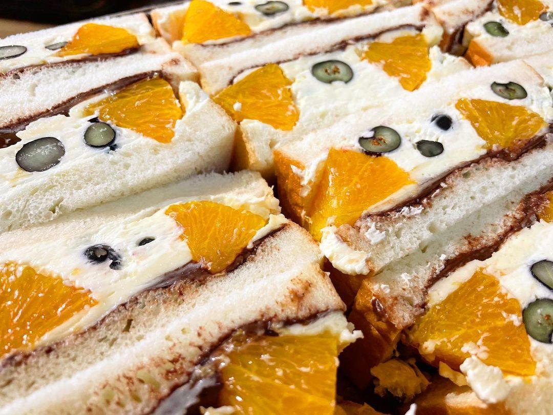 季節限定のフルーツサンド「オレンジとブルーベリーのサンド」をたくさんご用意しております(2021.07.03)