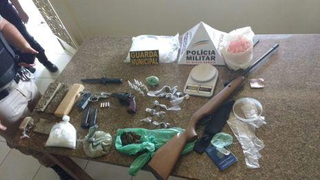 1047-Policiais-drigas e armas apreendidas no Americo Silva-fotos Humberto Alves (2)