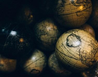 globes terrestres entassés