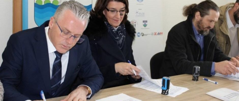 U Bosanskoj Krupi potpisani ugovori o dodjeli poticaja: 80 hiljada KM za postojeće privrednike i samozapošljavanje