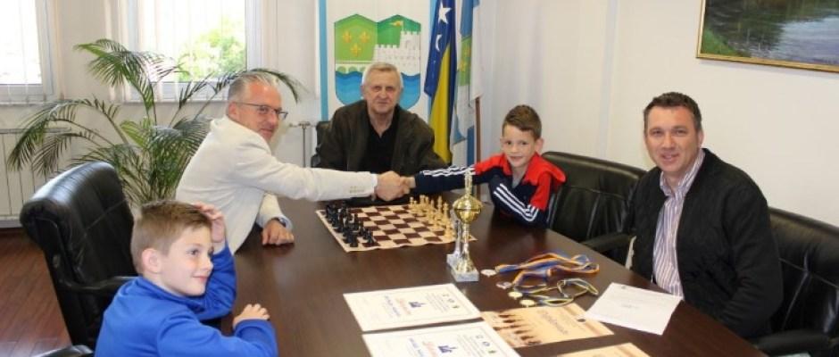 Mladi šahovski reprezentativci BiH Ahmed i Naid Kekić u posjeti načelniku Arminu Halitoviću