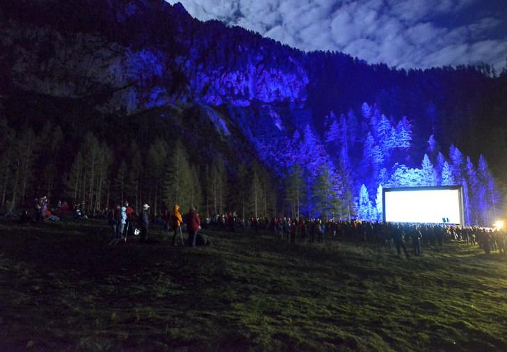 Open-Air Kino vor der Bergkulisse der Holzeralm