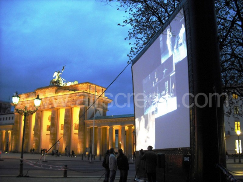 Leinwand vor dem Brandenburger Tor in Berlin