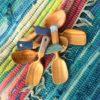 lepels op kleurig textiel