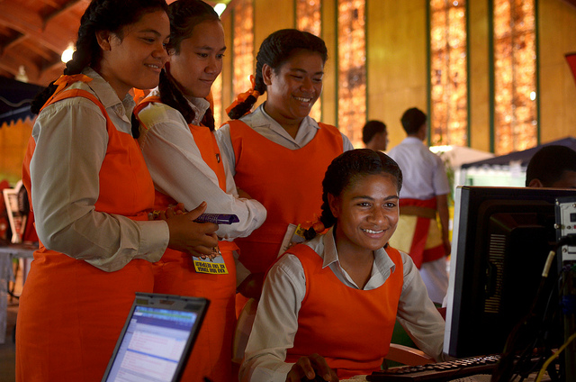Students from Tonga's Tailulu College making the most of new high-speed broadband services at 2013 World Telecommunication and Information Society Day celebrations in the the Tongan capital, Nuku'alofa. Nukua'lofa, Tonga. Photo: Tom Perry / World Bank