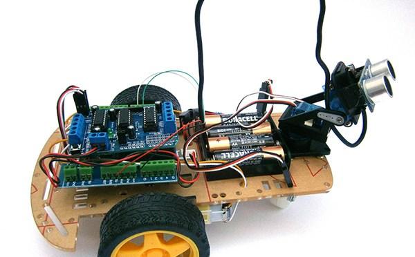 Robot con Arduino y sensor ultrasónico para calcular las distancias a los objetos cercanos y evitarlos
