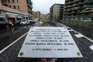 La targa che ricorda le vittime dell'alluvione del 4 novembre 2011 dove il Comune di Genova ha depositatouna corona ad un anno esatto dal tragico evento. 04 novembre 2012 a Genova. ANSA/LUCA ZENNARO