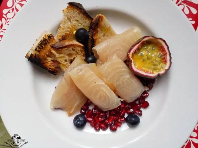 Frutta tropicale e pesce spada