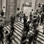 階段を歩く人々