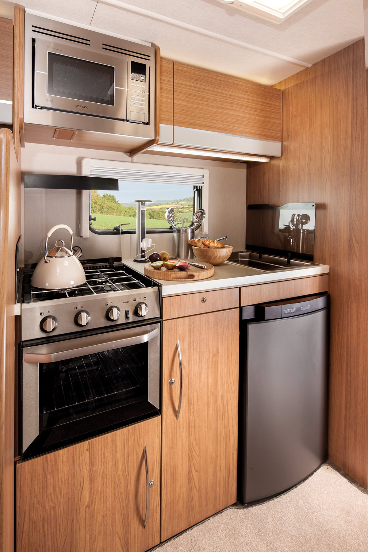 Highlander 726 6 berth motorhome scotland open road for Luxury kitchens scotland