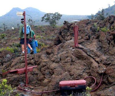 Fotografía de una unidad de GPS instalado en el volcán de Hualalai, Hawaii