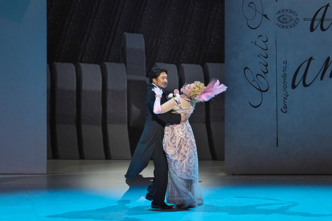 佐渡裕芸術監督プロデュースオペラ2021―銀橋にグランドフィナーレにお笑いの文化を取り入れ、唯一無二の《メリー・ウィドウ》を上演中