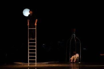 MasNada_magdaclan circo_ orchestra senzaspine_ contemporary _ circus_ italy_classical music - acrobat Giulio - credits Daniele Aversano
