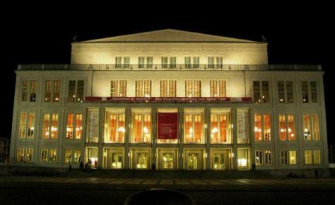 Außenansicht Oper Leipzig bei Nacht , Foto: Birgit Winter  / pixelio.de