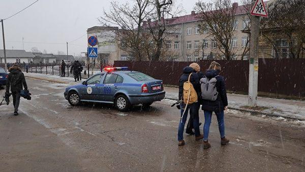 Автомобиль полиции у школа в Столбцах, где произошло нападение