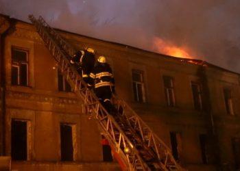 Спасатели больше 2 часов тушили пожар в центре Киева: видео - новости Украины, Киев