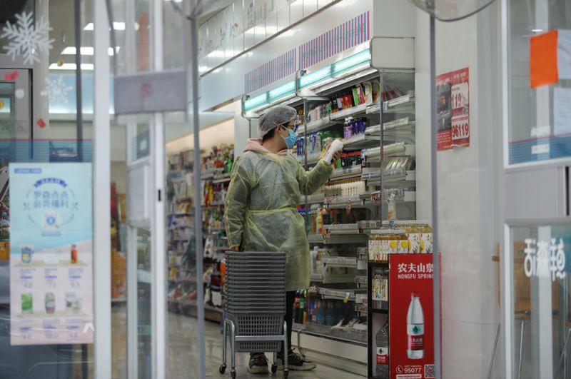 Покупатель в супермаркете.