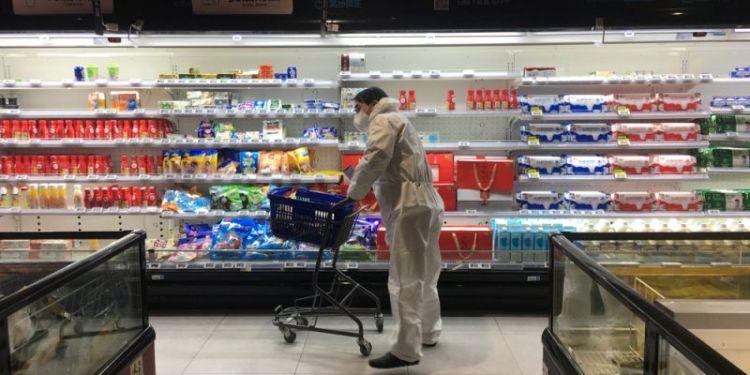 Мужчина совершает покупки в крупном супермаркете в Ухане.