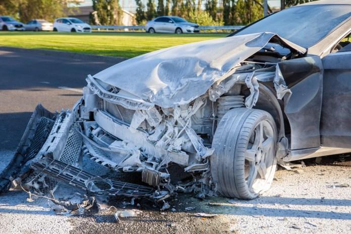 Из-под капотаMercedes виднелось задымление, однако водитель быстро применил огнетушитель