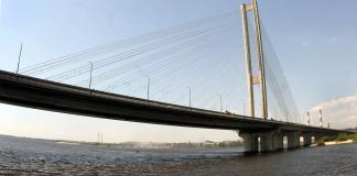В часы пик на большинстве мостов автомобили стоят в пробках / фото УНИАН