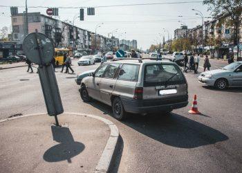 В Киеве водитель авто пытался спасти котенка и попал под другую машину, - ВИДЕО