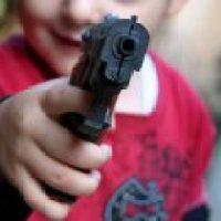 Двухлетний ребенок нашел в машине пистолет и выстрелил маме в спину во время езды