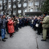 ПЛЫВИ ОТСЮДА! Работники Бердянского порта не пускают в кабинет нового директора. Фото