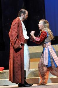 Die Entführung aus dem Serail/ Deutsche Oper am Rhein/ Thorsten Gümbel (Osmin), Sibylla Duffe (Blonde) FOTO Frank Heller