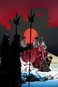 :Linda Watson (Turandot), Zoran Todorovich (Kalaf), den Kinderchor am Rhein und Statisten der Deutschen Oper am Rhein. FOTO: Hans Jörg Michel