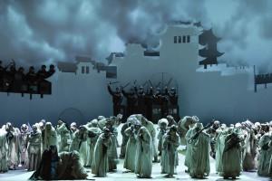 Brigitta Kele (Liù), Sami Luttinen (Timur) mit Chor, Extrachor und Statisterie der Deutschen Oper am Rhein. FOTO: Hans Jörg Michel