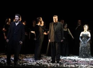Kenneth Mattice (Eugen Onegin), Ilkka Vihavainen (Fürst Gremin), Veronika Haller (Tatjana), Chor und Extrachor