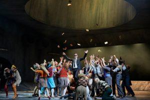Karl-Heinz Lehner (Mephistopheles), Chor der Oper Dortmund ©Thomas Jauk, Stage Picture