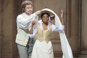"Szenenfoto ""Le nozze di Figaro"" mit Baurzhan Anderzhanov als Figaro und Christina Clark als Susanna (Foto: Matthias Jung)"