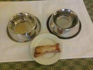Hunde-Tablett im Hotel Regent / Foto @ Das Opernmagazin